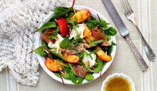 5 salades qui mêlent avec délice fromage et fruit