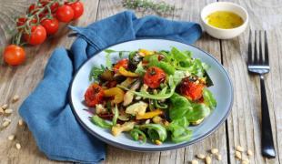 Marre de la salade de tomates ? voici 10 recettes pour des salades veggie rafraîchissantes