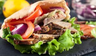 Pourquoi appelle-t-on les kebabs des sandwichs grecs ?