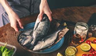 Les techniques infaillibles pour retirer les odeurs de poissons sur ses mains