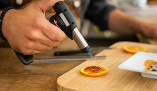 Que faire avec un chalumeau de cuisine (à part la crème brûlée)