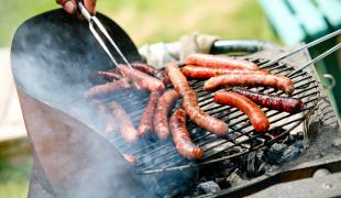 Faut-il vraiment piquer les merguez avant de les cuire au barbecue ?