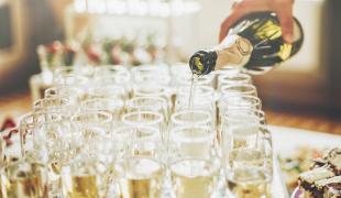 Flûte, coupe ou verre à vin : que choisir pour boire du champagne ?