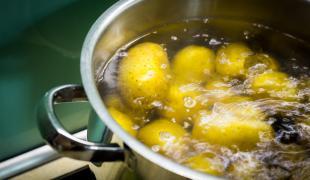 Pâtes, pommes de terre, riz : cuisson à l'eau froide ou à l'eau chaude ?