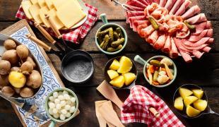 Quelle charcuterie et quel fromage pour accompagner une raclette ?