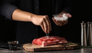 Grillades : je sale ma viande avant ou après cuisson ?