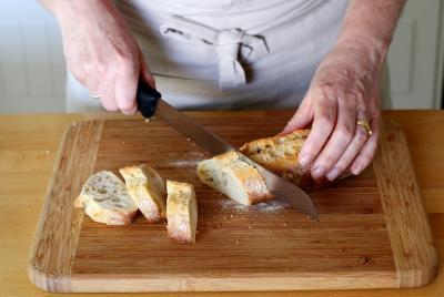 Recette crostinis la courgette en pas pas - Couper en biseau ...