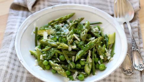 recette salade de l gumes primeur asperges petits pois pois gourmand au parmesan et aux. Black Bedroom Furniture Sets. Home Design Ideas
