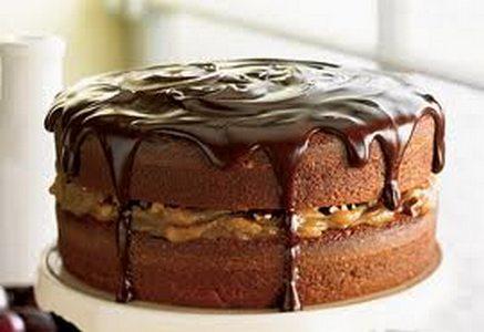 Gâteau étagé aux brisures de chocolat et au caramel, glaçage fondant au  chocolat