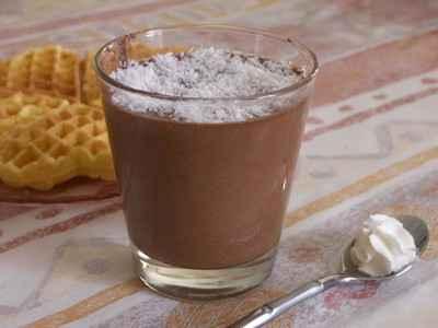 Mousse au chocolat parsemée de noix de coco râpée