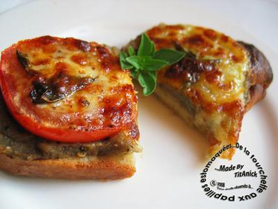 Crostinis à la chair d\u0027aubergine, tomates, mozzarella, ail et basilic