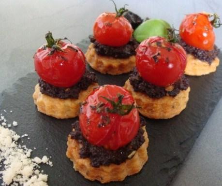Tomates confites au thym et tapenade sur sablés au parmesan