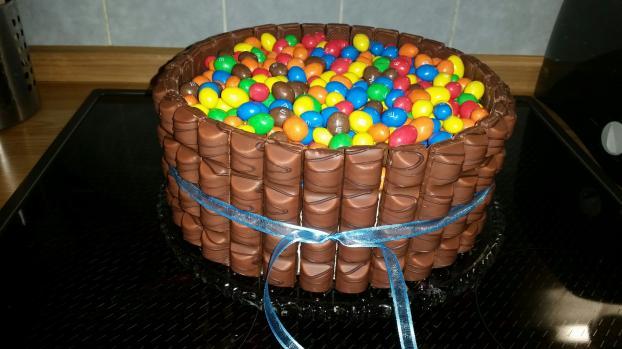 recette g teau d anniversaire au chocolat en vid o. Black Bedroom Furniture Sets. Home Design Ideas