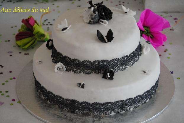 Gâteau à étage noir et blanc pour Julie