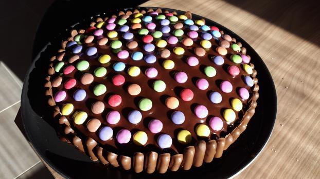 gateau d anniversaire chocolat et bonbons meilleur travail des chefs populaires. Black Bedroom Furniture Sets. Home Design Ideas