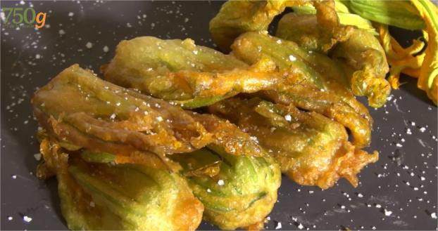 recette beignets de fleurs de courgettes en vid o. Black Bedroom Furniture Sets. Home Design Ideas