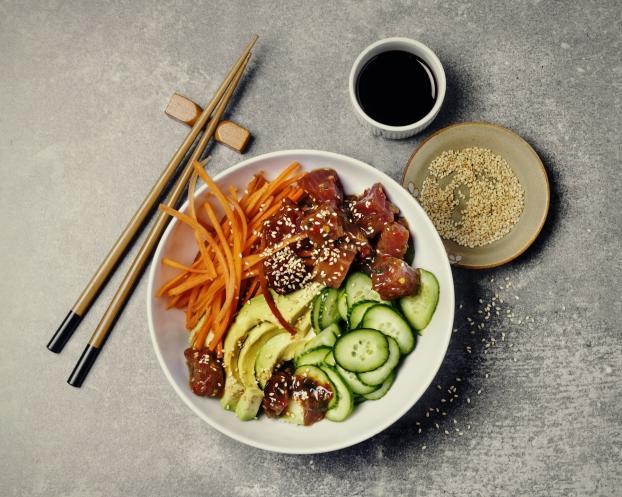 Recette poke bowl au thon avocat quinoa et crudit s 750g - Comment cuisiner le thon rouge frais ...