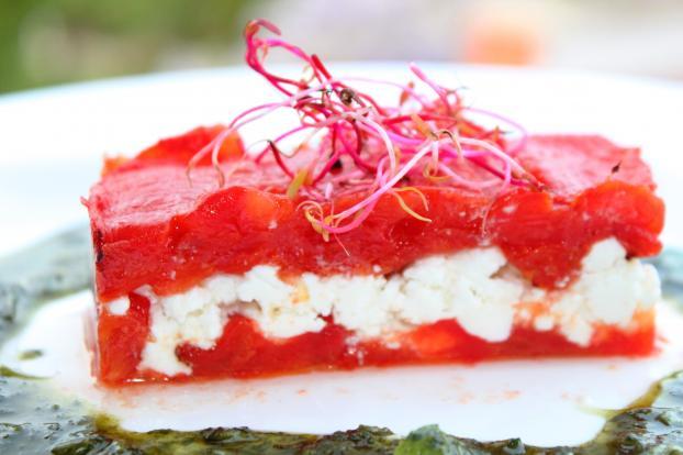Millefeuille de tomates confites et chèvre frais, et son coulis de basilic