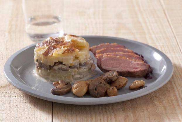 recette magret de canard r ti sauce au vin rouge et chalotes gratin dauphinois aux. Black Bedroom Furniture Sets. Home Design Ideas
