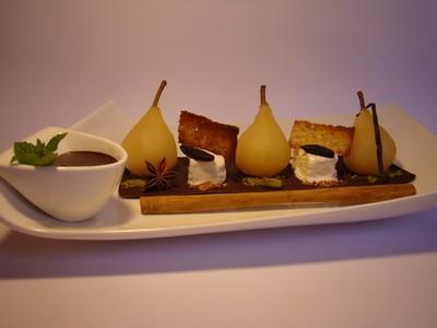 Petites poires pochées aux épices, yaourt glacé fève Tonka, tuile citron pavot et sauce chocolat Irisch Cream - Photo par Sandrine Baumann