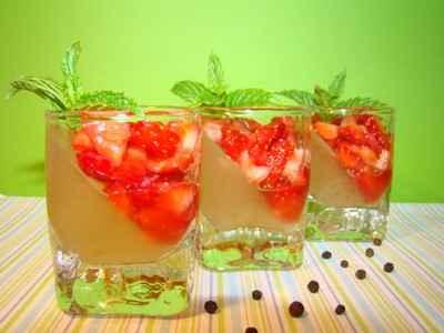 Mini verrines épicées : gelée de rhubarbe vanillée, et tartre de fraise au poivre Malabar - Photo par Sandrine Baumann