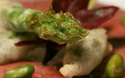 Carpaccio de magret de canard à l'huile de pistache, frites d'asperges du Blayais - Photo par AAPrA