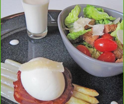 Asperges poêlées, œuf mollet sur pancetta grillée, sauce et salade parmesan - Photo par delices latins