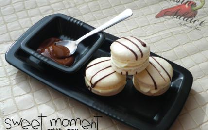 Macarons au chocolat blanc, décorés de chocolat noir - Photo par Invité
