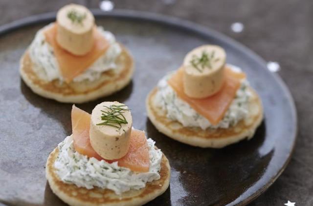 Blini de saumon fumé, chantilly aux herbes et Apérivrais Saumon - Photo par Quiveutdufromage.com