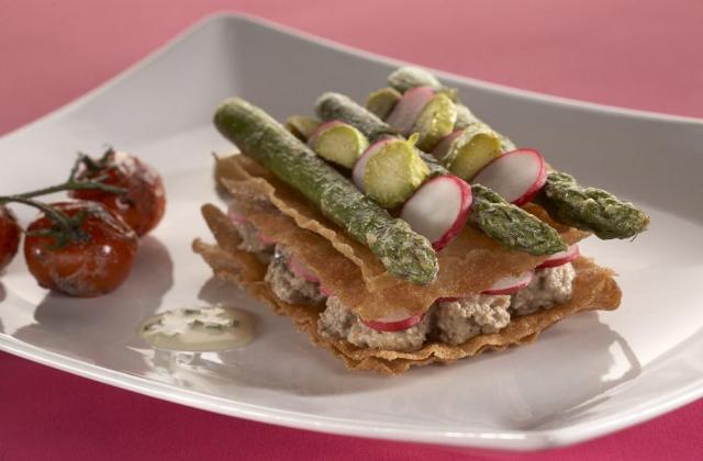 Millefeuille de bricks au caviar d'aubergine et asperges vertes - Photo par Amora