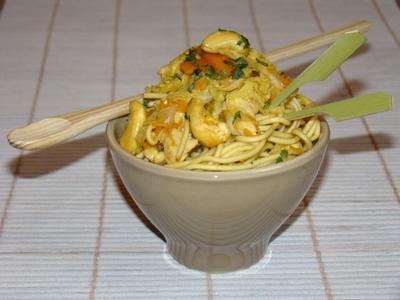 Petits bols chinois aux nouilles, poulet, chou et noix de cajou - Photo par Sandrine Baumann