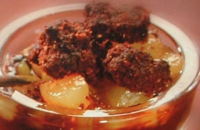 Crumble sur crème au chocolat et délices de poires - Photo par capali
