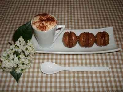Macarons au chocolat, ganache guanaja et miel d'oranger aux éclats de nougatine - Photo par Sandrine Baumann