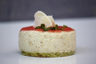 Bavarois d'aubergine  sur  biscuit pistache/parmesan, coulis minute de tomates crues - Photo par Eat Design
