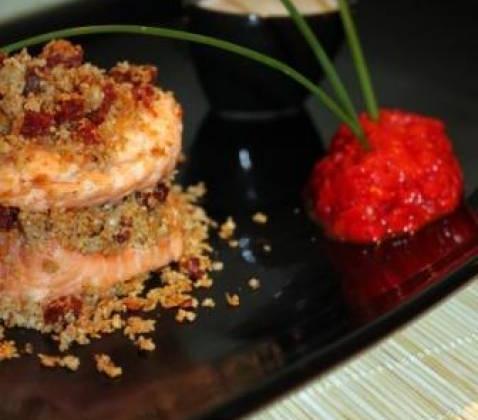 Millefeuilles de saumon et crumble de chorizo, quenelle de poivron grillé et nuage de coco à la citronnelle - Photo par Chez Inoule