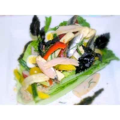 Salade niçoise, tapenade de thon et olives noires, petits croûtons à l'ail - Photo par 750g