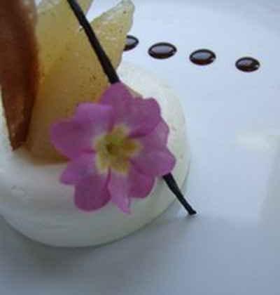Crémeux mascarpone à la rose, poires pochées vanillées - Photo par 750g