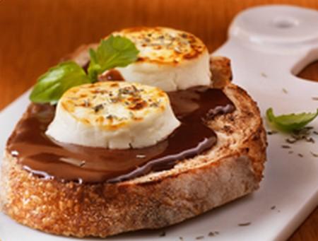 Tartine de chèvre, sauce chocolat thym et basilic - Photo par Lindt