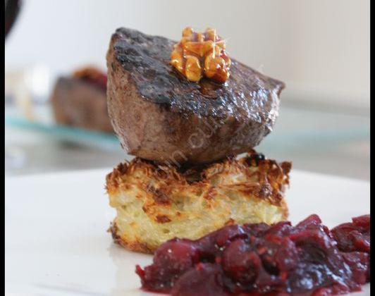 Pavé de biche sur rösti, chutney cranberries-framboises et noix caramélisées - Photo par Lapin cuisinier