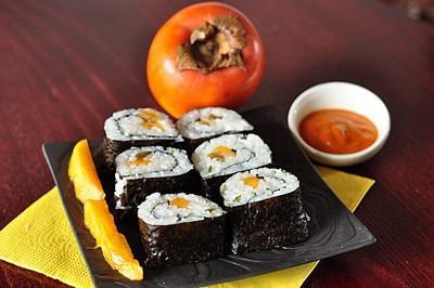 Makis de kaki Persimon, gingembre et citron confit,  crème de poivron rouge - Photo par Snapulk