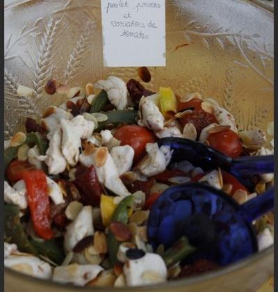 Salade poivrons, poulet, déclinaison de tomates - Photo par folle2