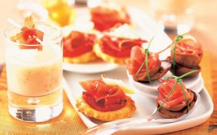 Mini-feuilletés au jambon sec, tomates grillées et copeaux de fromage de chèvre - Photo par Le Porc