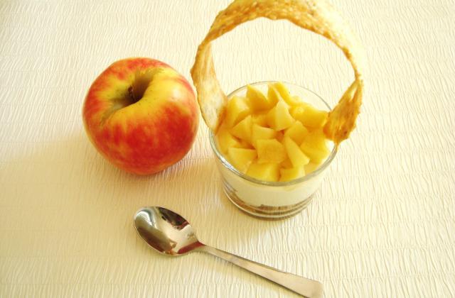 Verrine de pommes caramélisées, mousse de miel sur lit de macarons - Photo par lepays
