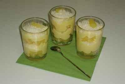 Verrines aux ananas avec pudding vanille et noix de coco râpée - Photo par karellY