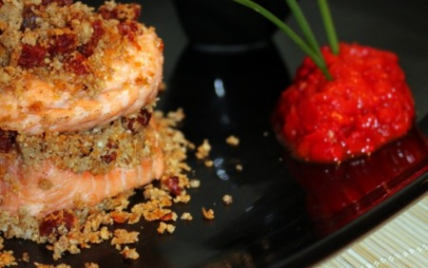 Millefeuilles de saumon en cumble de chorizo, quenelle de poivron grillé et nuage coco-citronnelle - Photo par Chez Inoule