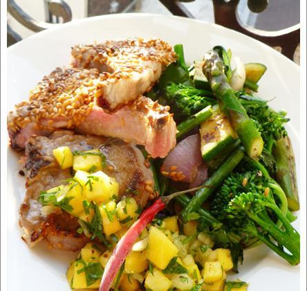 Côtes d'agneau panées au sésame, Légumes croquants et Salsa de mangue - Photo par aurorewn