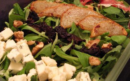Salade de poires poêlées, fourme d'Ambert, pruneaux et pata negra - Photo par miss o