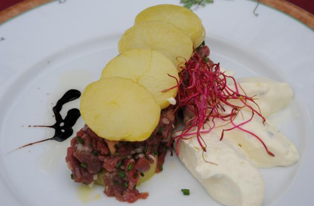 Tartare de bœuf Charolais, pommes de terre confites à l'huile de colza grillé, bavarois à la Fourme de Montbrison - Photo par antonf