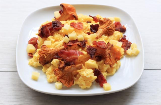 Œufs brouillés aux girolles, bacon et comté - Photo par 750g