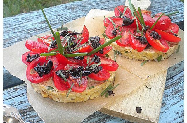 Tartines comme des tartelettes aux tomates - Photo par La petite cuisine de Sabine